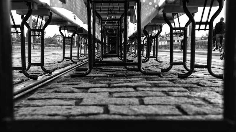 sous les tables